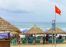 Mensen die op sunbeds bij het Strand van China in Da Nang liggen Royalty-vrije Stock Fotografie