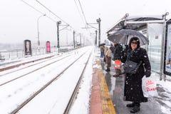 Mensen die op tramspoor bij een treineinde bij karakoy wachten stock foto's