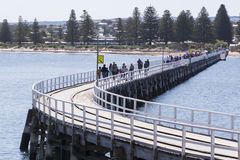 Mensen die op Victor Harbor Jetty lopen - Redactiegebruik Stock Foto