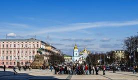 Mensen die op vierkant van Kiev samenkomen ukraine Stock Fotografie