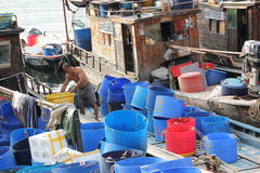 Mensen die op vissersvaartuigen leven Stock Foto's