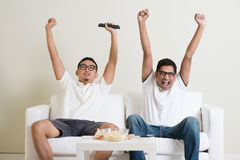 Mensen die op voetbalwedstrijd op TV samen letten Stock Afbeelding