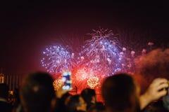 Mensen die op vuurwerk letten en Nieuwjaar vieren stock afbeelding