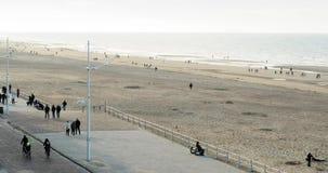 Mensen die op zeedijk lopen stock footage