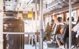 Mensen die op zetel in achtermening over de bus zitten stock afbeeldingen