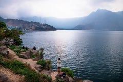 Mensen die op zonsondergang letten bij de kust van meer Atitlan, San Pedro de la Laguna, Guatemala royalty-vrije stock fotografie