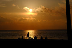 Mensen die op zonsopgang letten over de Atlantische Oceaan Stock Fotografie