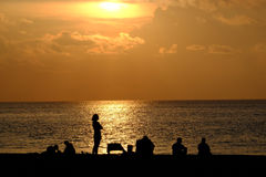 Mensen die op zonsopgang letten over de Atlantische Oceaan Royalty-vrije Stock Fotografie