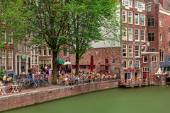 Mensen die in openluchtrestaurant in Amsterdam zitten royalty-vrije stock foto