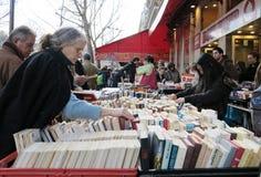 Mensen die oude boeken kopen Stock Foto