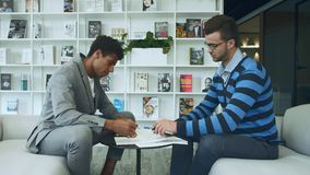 Mensen die overeenkomst maken en documenten ondertekenen Het zijaanzicht van diverse contract ondertekenen en mensen die dient sy stock videobeelden