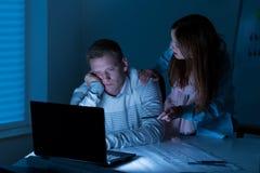 Mensen die overwerk doen bij nacht Royalty-vrije Stock Afbeelding