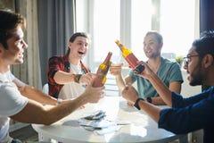 Mensen die overwinning vieren royalty-vrije stock fotografie