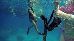 Mensen die in overzees zwemmen stock video