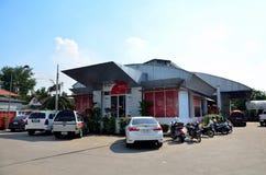 Mensen die pakketpost verzenden bij het postkantoor van Klapyai Stock Foto