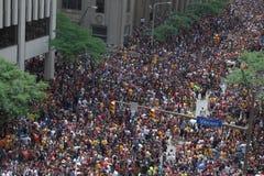 Mensen die Paraderoute inpakken Royalty-vrije Stock Afbeeldingen