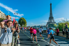 Mensen die Parijs marathon Frankrijk in werking stellen