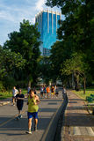 Mensen die in park vóór toren lopen Royalty-vrije Stock Fotografie