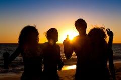 Mensen die partij hebben bij strand met dranken Royalty-vrije Stock Afbeelding