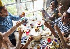 Mensen die Partijpopcornpan gebruiken bij een Verjaardagsviering royalty-vrije stock afbeelding