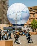 Mensen die pavillion van de Kandidatuur van Frankrijk voor Wereldmarkt 202 bewonderen royalty-vrije stock afbeeldingen