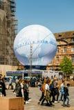 Mensen die pavillion van de Kandidatuur van Frankrijk voor Wereldmarkt 202 bewonderen royalty-vrije stock afbeelding