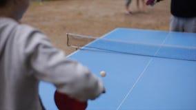 Mensen die pingpong in openlucht spelen Close-up Langzame Motie stock videobeelden