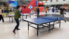 Mensen die pingpong in Skolkovo-technopark spelen stock footage