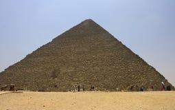 Mensen die Piramide van Khufu bewonderen (Cheops) Stock Foto