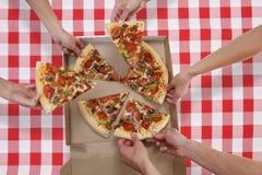 Mensen die Pizza eten Stock Afbeelding