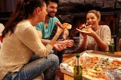 Mensen die pizzapartij in de ruimte hebben Stock Foto's
