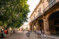 Mensen die in Plaza DE Armas in Oud Havana lopen stock afbeelding