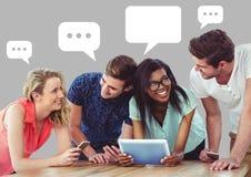 Mensen die presentatie op tablet bespreken met lege praatjebellen Royalty-vrije Stock Afbeeldingen