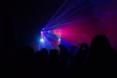 Mensen die pret in een disco hebben Onduidelijk beeldeffect Stock Foto