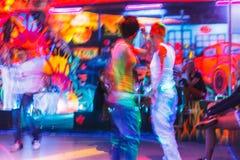 Mensen die pret in een disco hebben onduidelijk beeldeffect voor een artistieke aanraking Stock Afbeeldingen