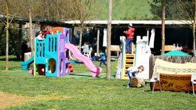 Mensen die pret hebben bij het park openlucht in een zonnige dag stock videobeelden