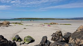 Mensen die pret hebben bij het toegekende Narin-Strand door Portnoo in Provincie Donegal, Ierland stock videobeelden