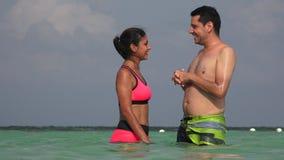 Mensen die Pret hebben die in Oceaan op Vakantie zwemmen stock footage