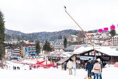 Mensen die Pret hebben die op Sneeuwberg ski?en Stock Afbeeldingen