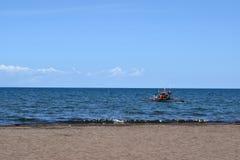Mensen die pret hebben die op toeristenboot tijdens de zomer berijden stock foto's