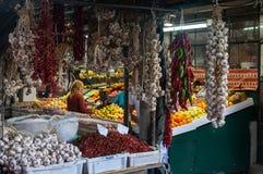 Mensen die producten kopen in traditionele Bolhao Market Mercado do Bolhao in de stad van Porto Royalty-vrije Stock Fotografie