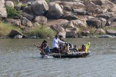 Mensen die rivier kruisen bij hampi op 14 April 2009 bij karnataka, India stock fotografie