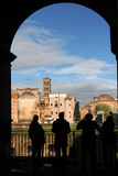 Mensen die in Roman Forum letten op Stock Afbeeldingen
