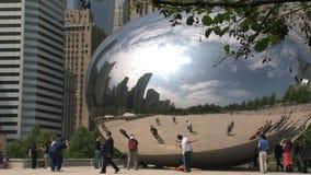 Mensen die rond de Boon bij het Millenniumpark lopen in Chicago stock videobeelden