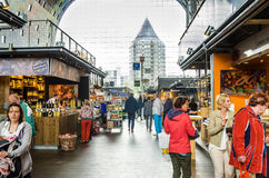 Mensen die rond een Marktzaal wandelen royalty-vrije stock fotografie