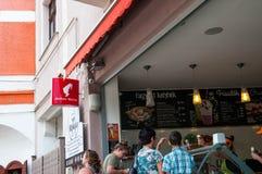 Mensen die roomijs en koffie dienen bij een kleine Julius Meinl-winkel royalty-vrije stock foto