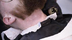 Mensen ` die s en in een van het kapperswinkel of haar salon hairstyling haircutting stock footage