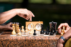Mensen die schaak spelen royalty-vrije stock afbeeldingen