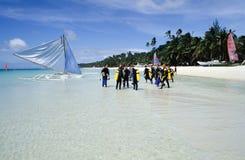 Mensen die scuba-uitrusting voorbereidingen treffen te maken duiken Stock Foto's