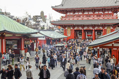 Mensen die Sensoji-tempel in Tokyo bezoeken Royalty-vrije Stock Afbeeldingen